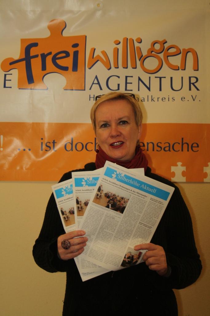 Redakteurin Gabi Bräunig mit der 1. neuen Ausgabe der Stadtteilzeitung Silberhöhe Aktuell 2014