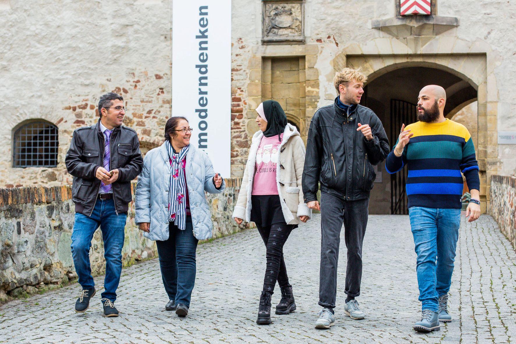 Fünf Personen vor einem Museum